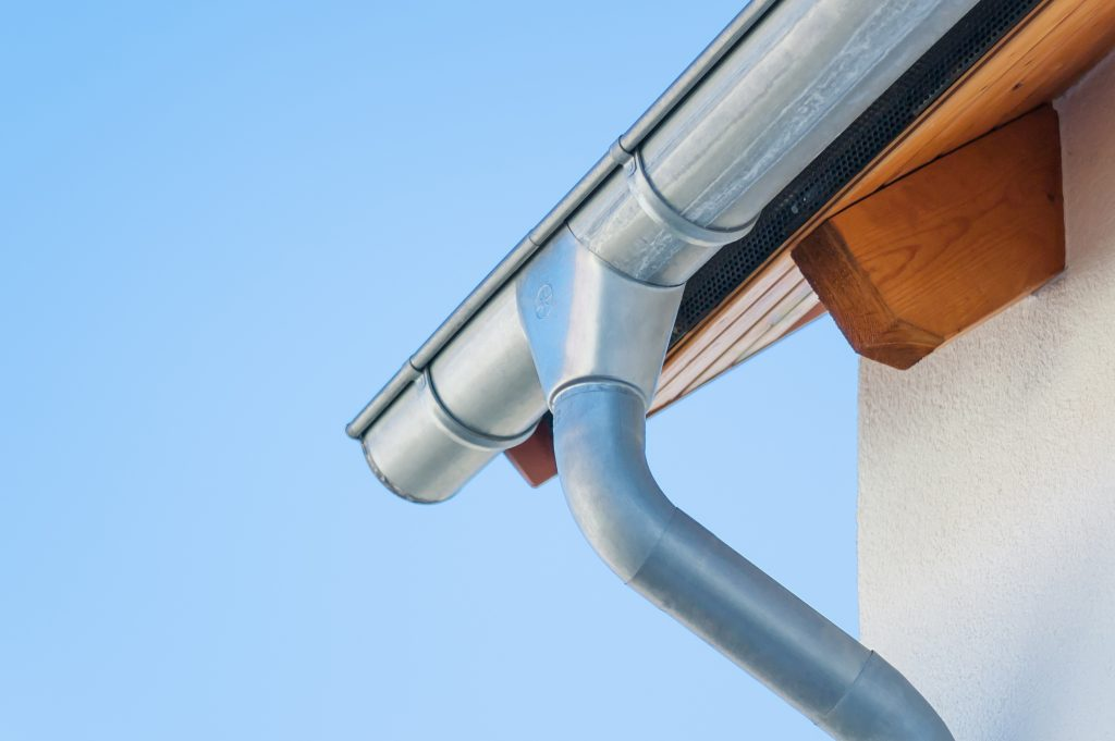 3 benefits of large rain gutters the spoutoff if it is time for new rain gutters on your home there is a lot to think about do you hire a professional or do it yourself what type of gutters should solutioingenieria